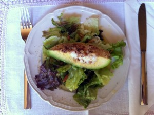 Avocado auf Salatbeet